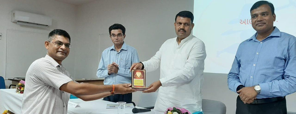 EMR School, Khodada (Tapi) felicitated by the Hon. Tribal Minister, Sri Ganpatbhai Vasava & Hon. Tribal Secretary Sri Anupam Anand (IAS) for outstanding board result (2018-19) at Gandhinagar
